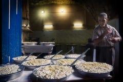 的黎波里,黎巴嫩- 2015年10月9日:在的黎波里souks的乳酪制造商  库存照片