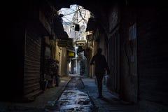 的黎波里,黎巴嫩- 2015年10月9日:走在的黎波里souks的黑暗的街道的妇女  免版税库存照片