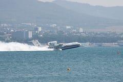 从水的水上飞机起飞 图库摄影