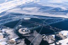冻结的贝加尔湖早期的冬天早晨 免版税库存图片