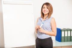 给介绍的年轻女性家庭教师 免版税库存照片