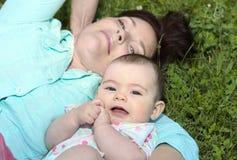 的婴孩和室外她的母亲 免版税库存图片