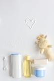 浴的婴孩有机化妆用品在白色bakground顶视图 库存照片