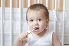 1年的婴孩年龄清洗牙 免版税库存图片