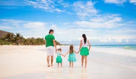 的年轻家庭看对海的后面观点  免版税库存图片
