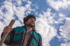 他的头巾的人在蓝色多云天空下 免版税库存照片
