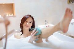 洗浴的年轻深色的妇女 免版税库存照片