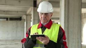 的经理与在建造场所的电子设备一起使用 影视素材