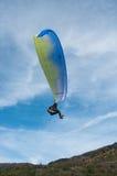 去的滑翔伞登陆在领域 免版税库存图片
