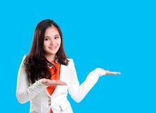 给介绍的年轻职业妇女 免版税库存照片