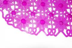 浴的紫色橡胶席子与作为背景的花纹花样 免版税图库摄影