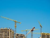的建造场所修建高层建筑物的,背景蓝天 免版税库存照片