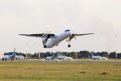 离去的airBaltic De Havilland加拿大DHC-8-402Q飞奔8个航空器 免版税库存照片