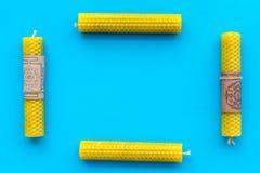 的btu 与Yantras的在梵语的蜡烛和佛经在文本样式的蓝色背景顶视图空间 免版税库存图片