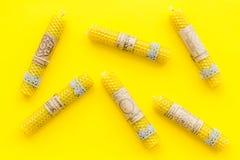 的btu 与Yantras的在梵语的蜡烛和佛经在黄色背景顶视图样式 免版税库存图片