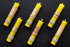 的btu 与Yantras的在梵语的蜡烛和佛经在黑背景顶视图样式 免版税图库摄影
