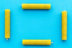 的btu 精神实践的蜡烛在蓝色背景顶视图拷贝空间框架 图库摄影