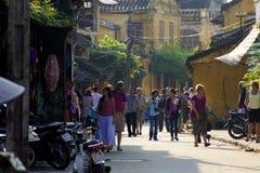 的HOI,越南- 2011年11月-旅行家在街道上走 图库摄影