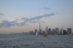 从水的NYC的财政区 免版税库存图片
