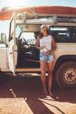 从他们的roadtrip的年轻夫妇休假 免版税库存照片