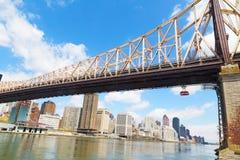 皇后区大桥和罗斯福岛空中缆车有看法在曼哈顿,纽约 库存图片