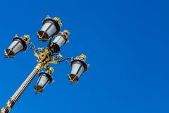 皇宫,马德里,西班牙 在蓝天的豪华goldish街道照明系统 库存图片