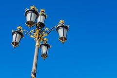 皇宫,马德里,西班牙 在蓝天的豪华goldish街道照明系统 免版税库存图片