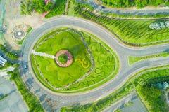 皇家公园Rajapruek环形交通枢纽鸟瞰图与美丽的gr的 免版税图库摄影
