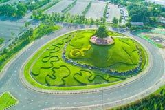 皇家公园Rajapruek环形交通枢纽鸟瞰图与美丽的gr的 库存图片