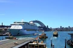 皇家加勒比巡航船与港口桥梁, NSW的 库存照片