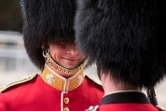 皇家卫兵战士有一次亲密的交谈在进军期间颜色军事仪式,每年一次举行在伦敦 库存图片