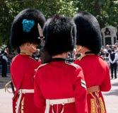 皇家卫兵战士有一次亲密的交谈在进军期间颜色军事仪式,每年一次举行在伦敦 免版税图库摄影