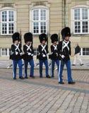 皇家卫兵的变化在Amalienborg城堡的在哥本哈根,丹麦上 库存照片