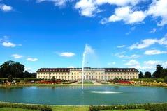 皇家喷泉前宫殿的池塘 库存照片