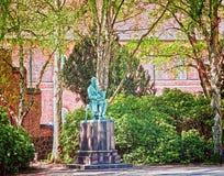 皇家图书馆庭院,哥本哈根:Søren克尔凯郭尔雕象  免版税图库摄影