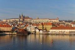 皇家城堡和伏尔塔瓦河河在布拉格 免版税库存照片