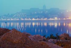 皇家城堡在布达佩斯,匈牙利在一个有雾的早晨 免版税库存照片