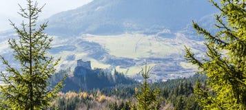 皇家城堡的废墟的看法- Hrad Likava 免版税图库摄影