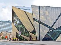 皇家安大略博物馆在一个晴天在多伦多 库存图片