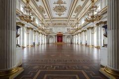 皇家宫殿和王位在圣彼得堡 免版税库存图片