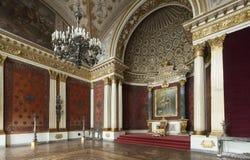 皇家宫殿和王位在有金墙壁的圣彼得堡 免版税图库摄影