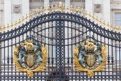 皇家徽章在主要白金汉宫门的 库存图片