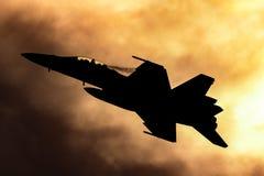 皇家澳大利亚人空军队RAAF波音F/A-18F超级大黄蜂多角色战机现出轮廓反对日落 库存照片
