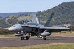 皇家澳大利亚人空军队RAAF麦克当诺道格拉斯公司F/A-18B大黄蜂喷气机A21-112在伊拉瓦拉地方机场, Albion公园 免版税库存图片