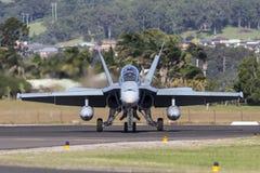 皇家澳大利亚人空军队RAAF麦克当诺道格拉斯公司F/A-18B大黄蜂喷气机A21-112在伊拉瓦拉地方机场, Albion公园 库存照片