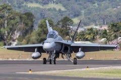 皇家澳大利亚人空军队RAAF麦克当诺道格拉斯公司F/A-18B大黄蜂喷气机A21-110在伊拉瓦拉地方机场, Albion公园 库存照片
