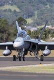 皇家澳大利亚人空军队RAAF麦克当诺道格拉斯公司F/A-18B大黄蜂喷气机A21-112在伊拉瓦拉地方机场, Albion公园 库存图片