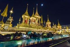皇家火葬用的柴堆的建造场所在晚上在曼谷,泰国 库存照片