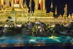 皇家火葬用的柴堆的建造场所在晚上在曼谷,泰国 库存图片