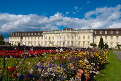 皇家花前的宫殿 免版税库存图片